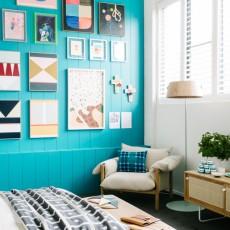 ターコイズブルーの壁でオシャレでスタイリッシュな部屋を