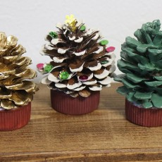 松ぼっくりで作るクリスマスツリーの作り方