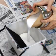 後片付けも簡単!ガムテープを使った塗料の上手な注ぎ方!