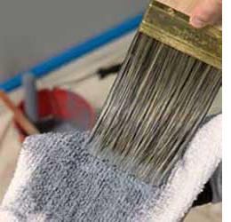刷毛に付いた塗料をふき取る