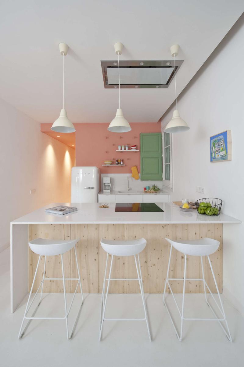 壁に色を取り入れた素敵なキッチンの海外事例