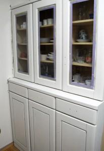 食器棚を白く塗った