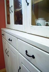 白くペイントした食器棚に取っ手をつける