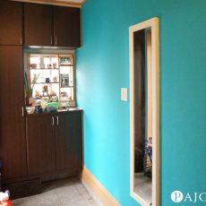 大好きなターコイズブルーの塗料で玄関の壁をオシャレにDIYペイント!